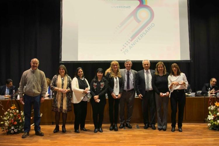 Entrega de medallas en el acto por el aniversario de la UNCuyo