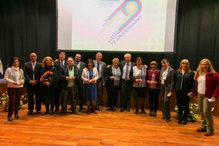 Entrega de medallas en el acto por el aniversario de la UNCuyo 2018