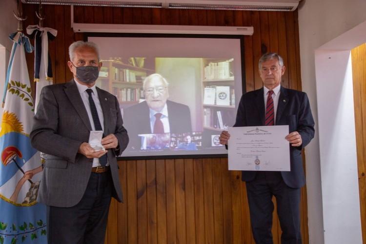 Cueto y Pizzi muestran el diploma que le será enviado al nuevo Doctor Honoris Causa